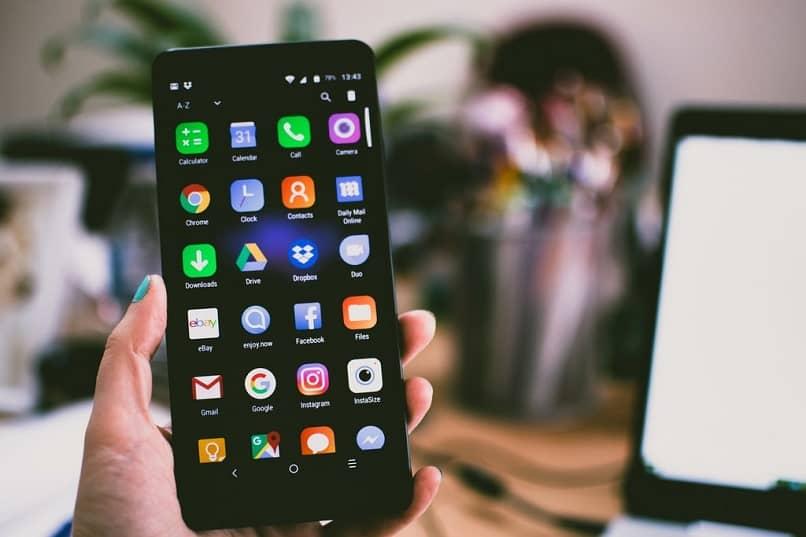 persona-movil-android-mano-aplicaciones